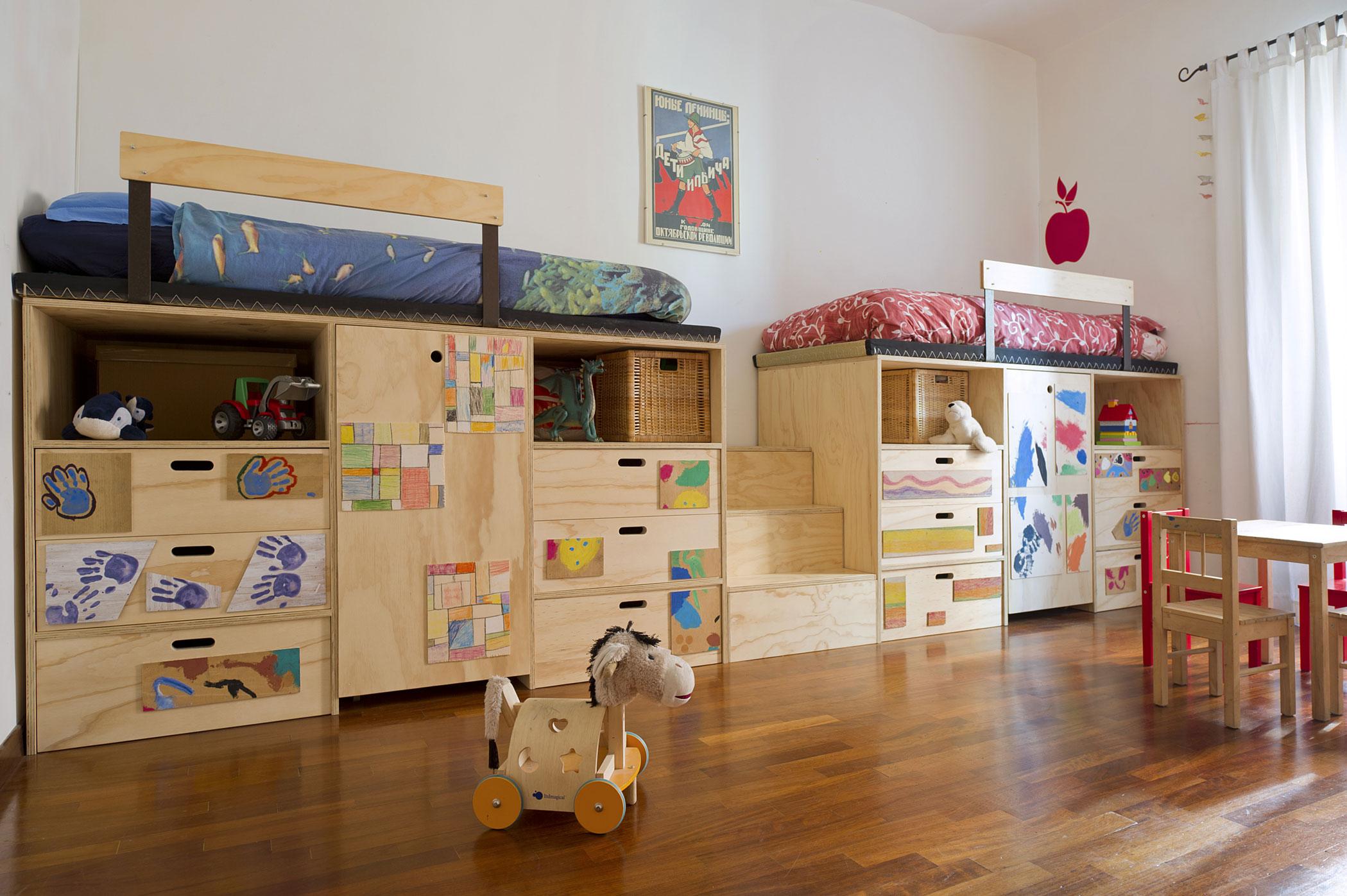 Cameretta per bambini in legno su misura e pittura all'acqua. Disegni personalizzati. cameretta con scalette, porta giochi a misura di bambino
