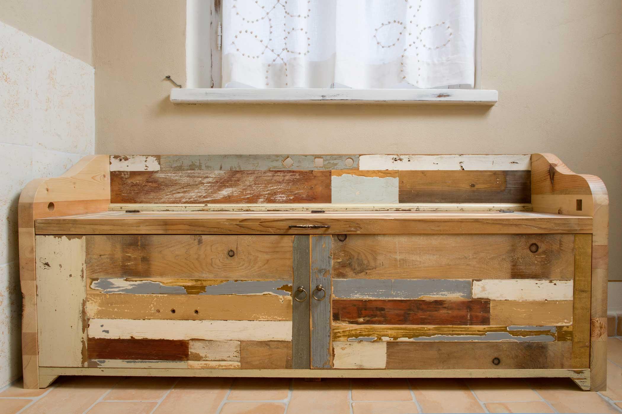 Cassapanca con schienale in diverse essenze di legno riutilizzato Alcuni pezzi di legno sono al naturale altri hanno la antica patina colorata originale.