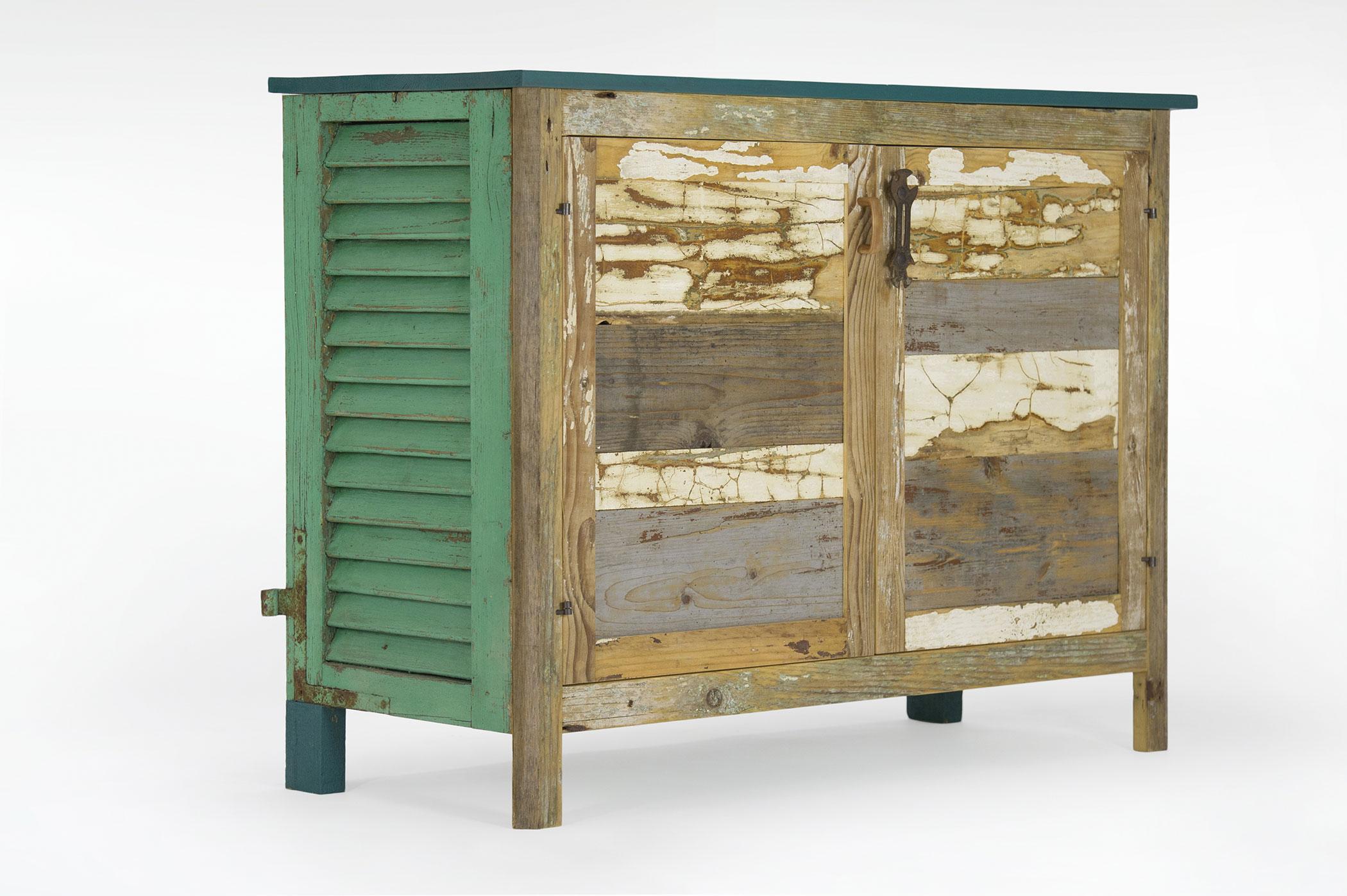 Credenza con struttura mista di legni masselli e legni di recupero. Il lato della credenza è composto da una parte di vecchia persiana verde con cardini a vista