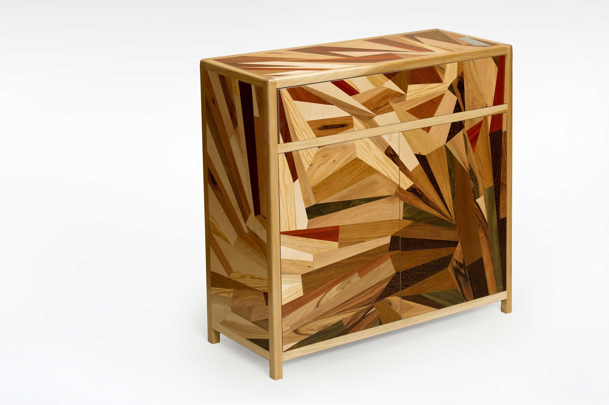 credenza intarsiata con varie essenze di legno dai toni caldi che rendono contemporanea la credenza classica.