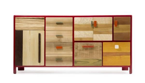 Credenza contemporanea su misura con ante e cassetti in legno massello. La laccatura rossa può essere sostituita da qualsiasi colore Ral.