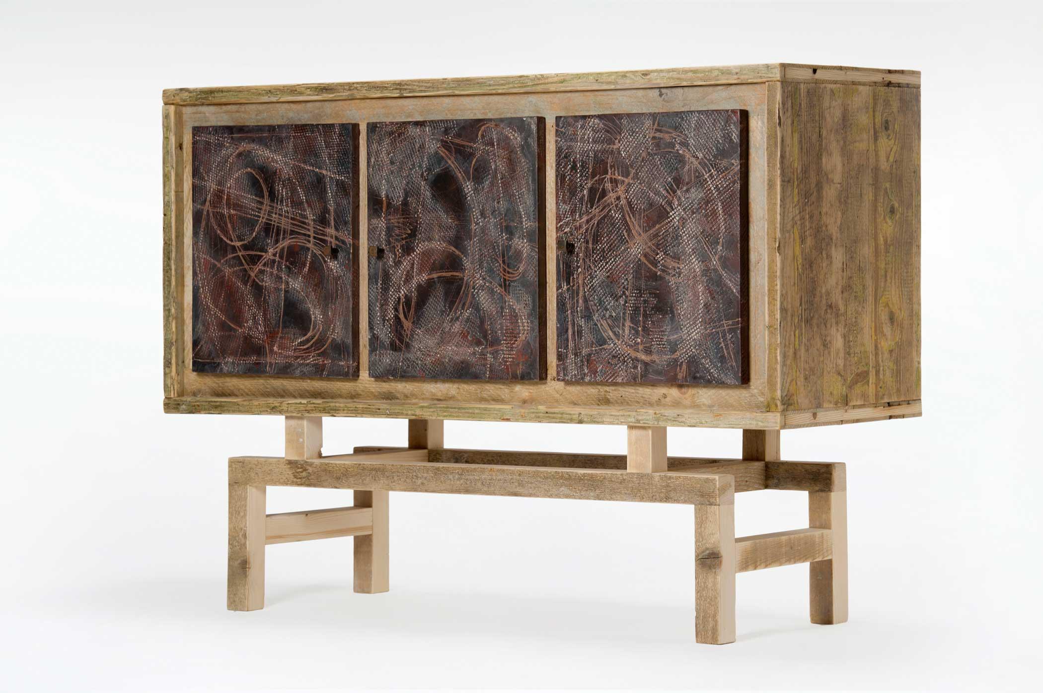 Credenza 3 ante ricoperte di resina e struttura in legno usato.