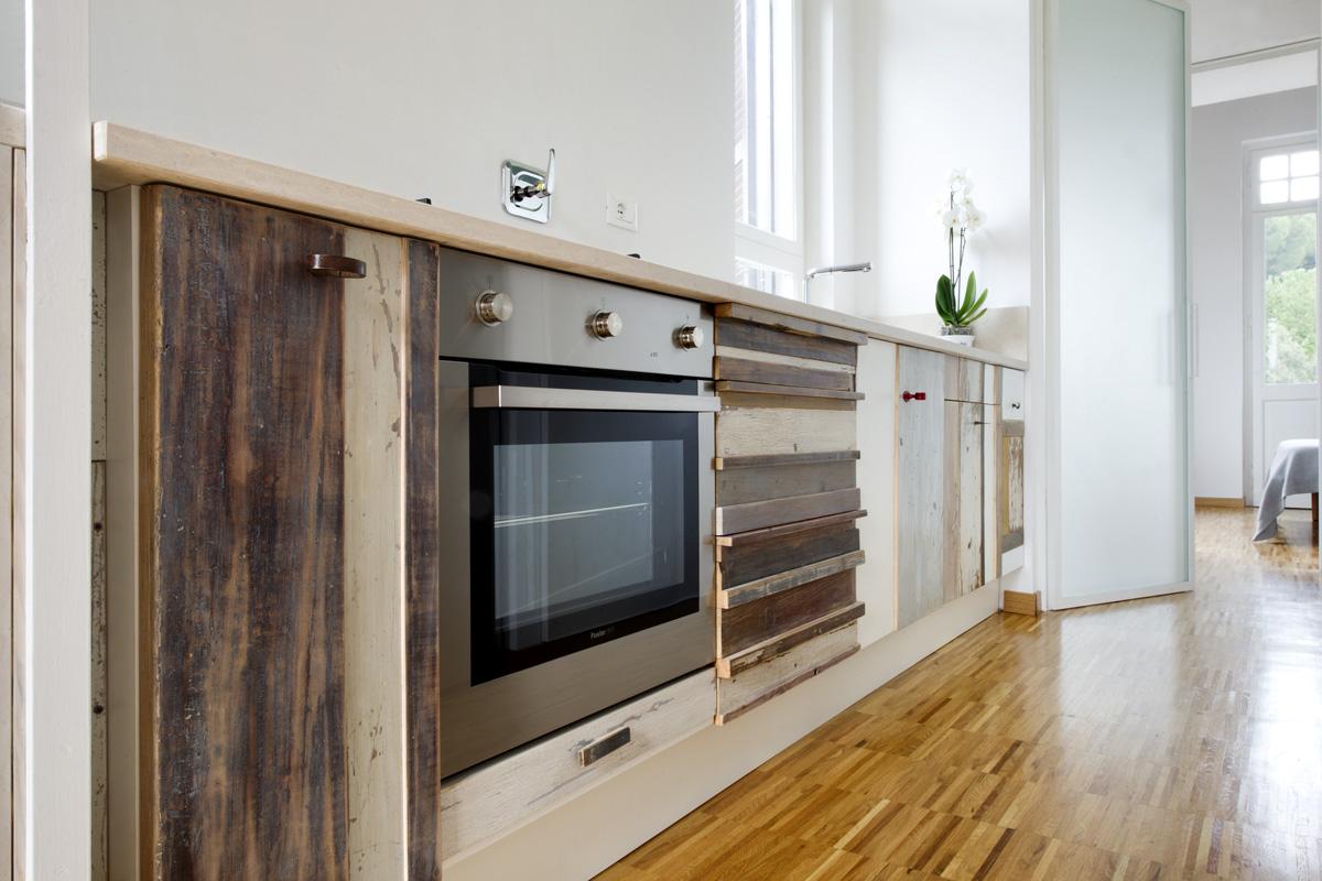 Pareti in vetro e cucina in legno artigianale, cucine contemporanee