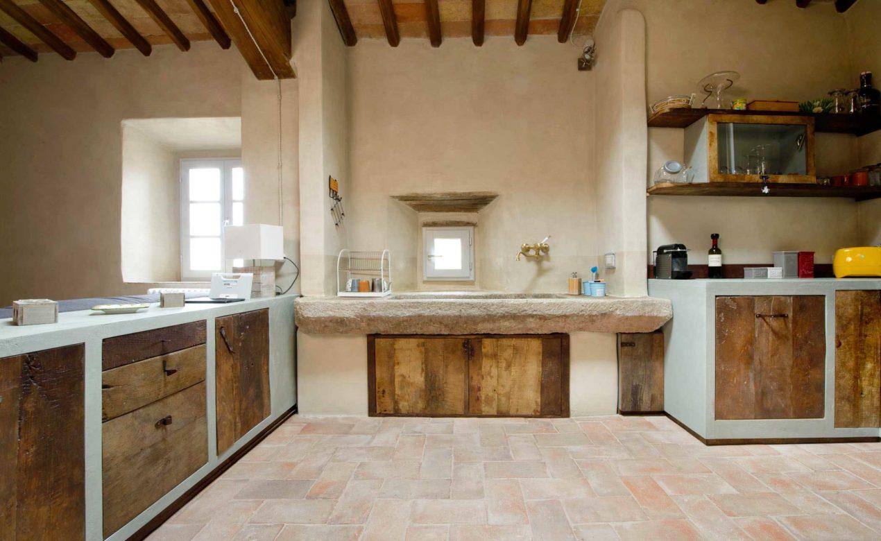Cucina in muratura ante in legno castagno antico resina grigia