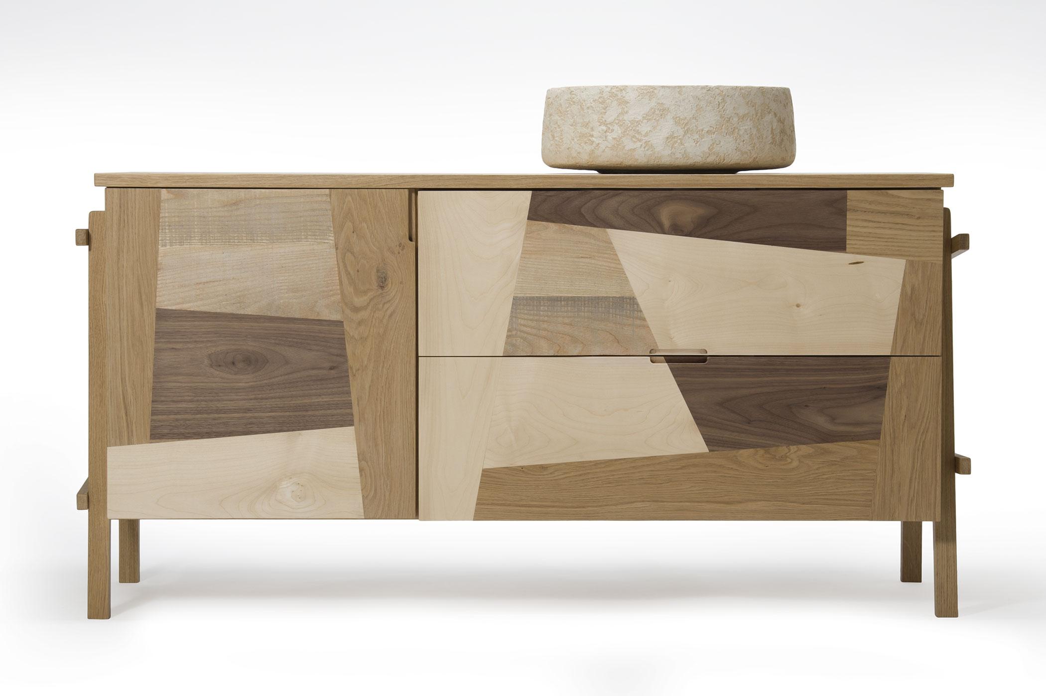 Mobile bagno in legno massello di diverse essenze. Ciotola di Maidea in grassello. Mbile su misura