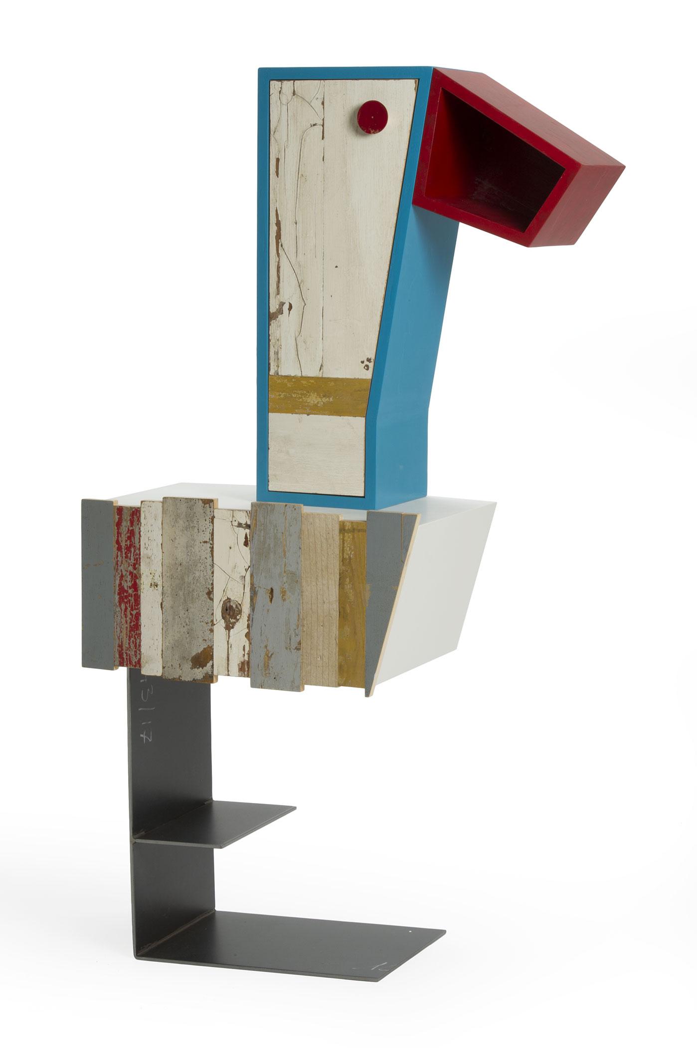 Mobile di design dalla forma di un dodo, legno di recupero e restaurato colorato e laccatura. La gamba in ferro portalibri