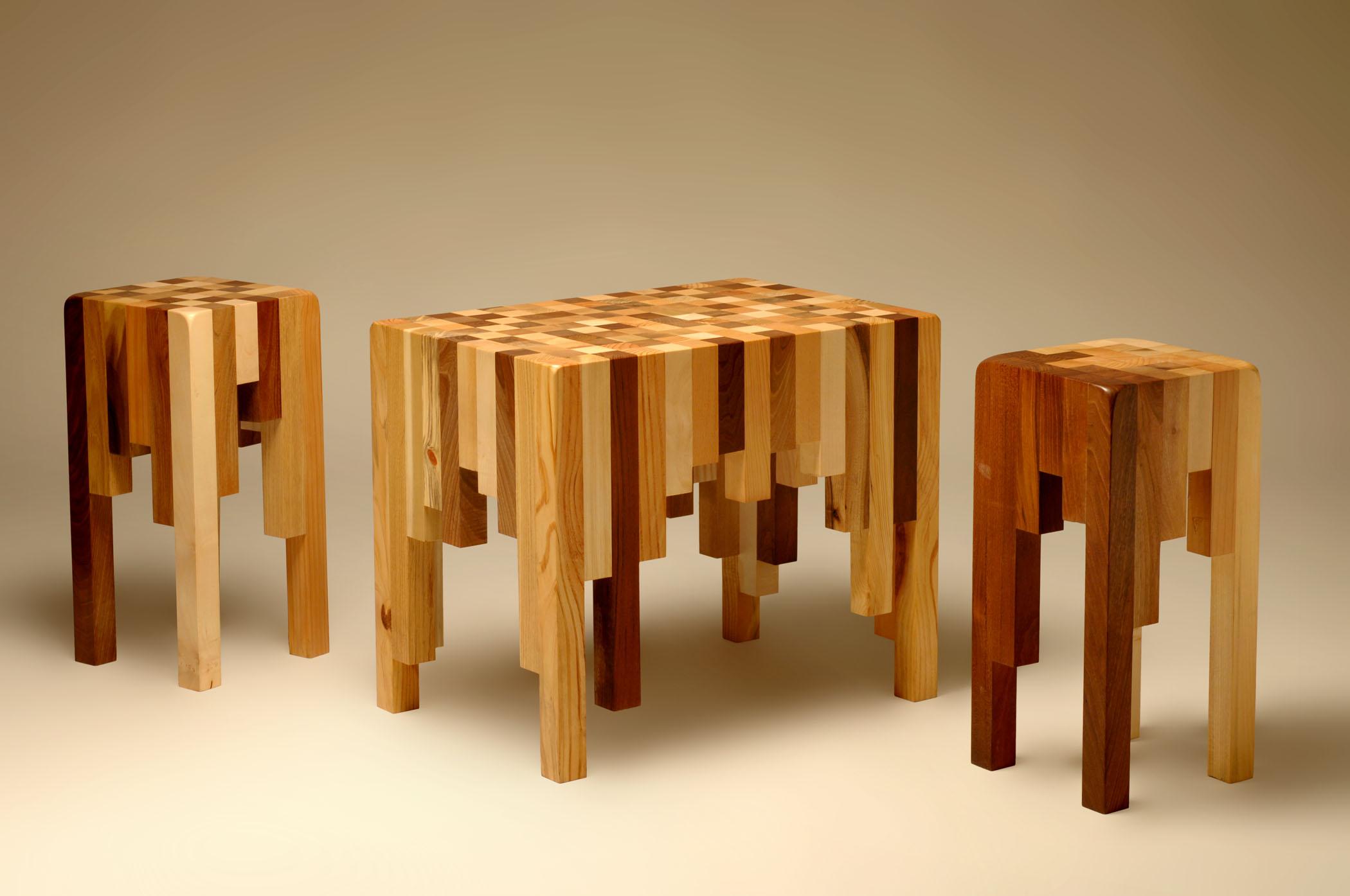 Sgabelli e tavolo da salotto in legno massello su misura