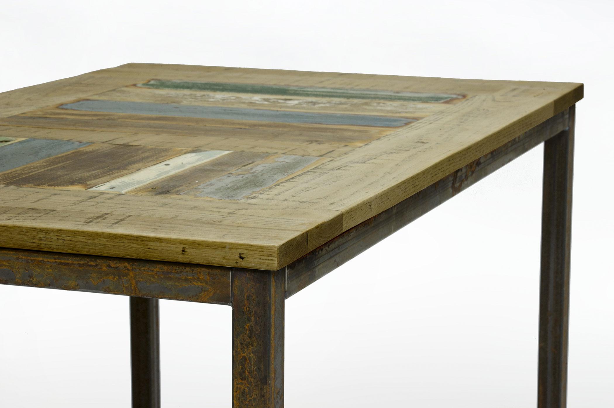 Tavolo con base in ferro al naturale e piano in rovere e legno riciclato