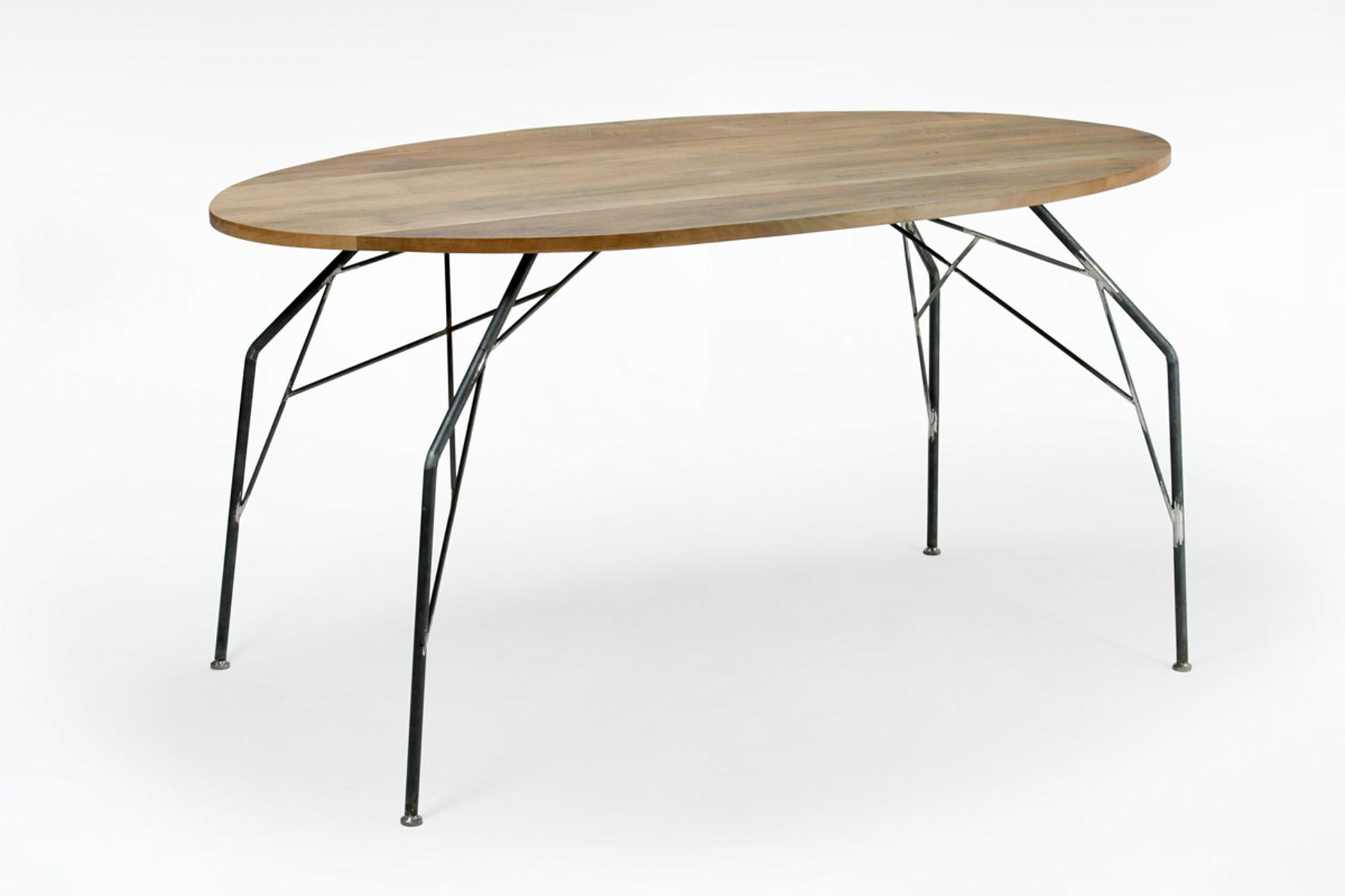 Tavolo per soggiorno con piano in legno massello e struttura e gambe in ferro. Tavoli legno e ferro.