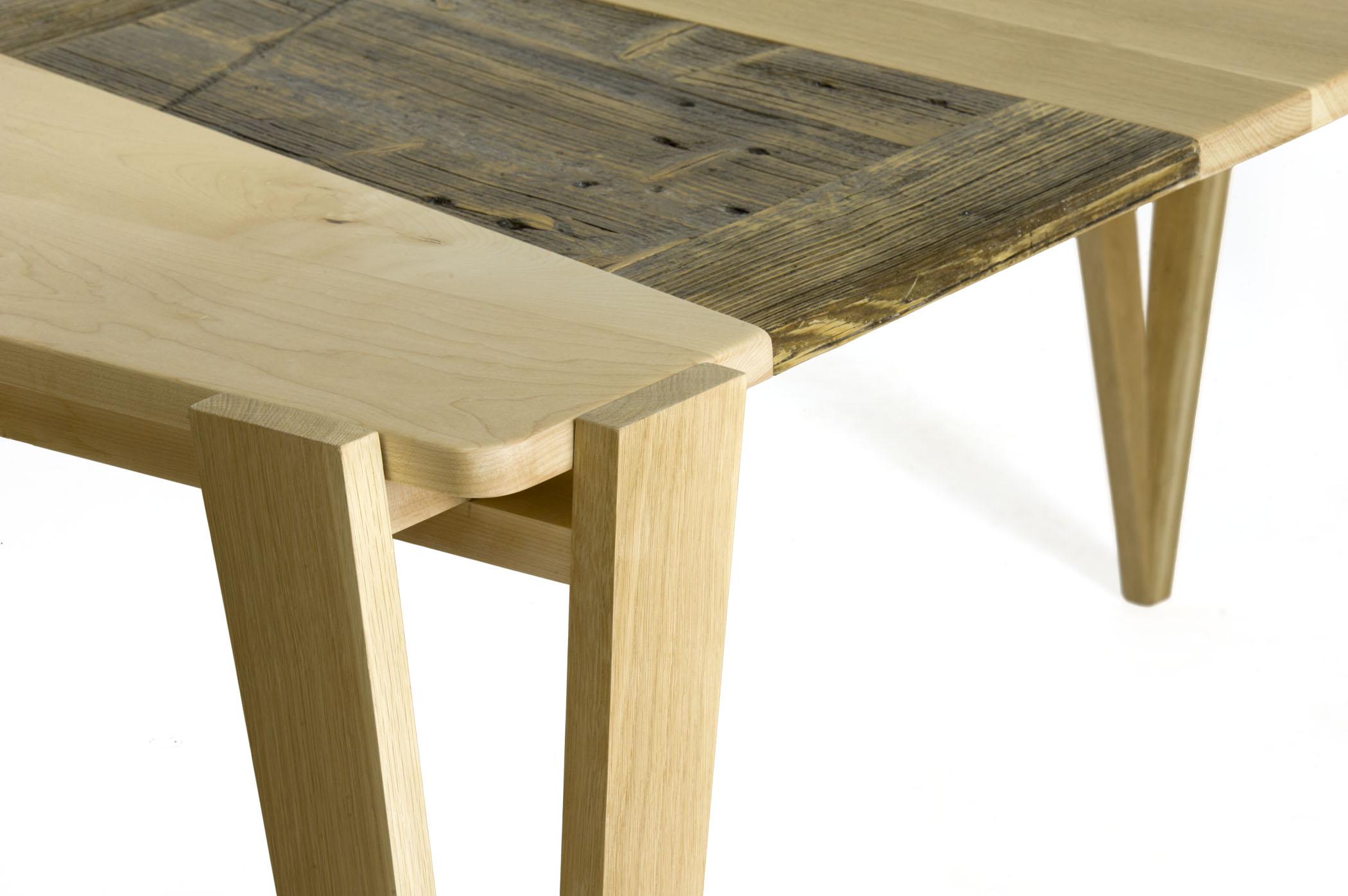 Tavolo con struttura in legno massello e piano con pezzi di legno riciclato . Modello tavolo su misura e fatto a mano da Laquercia21
