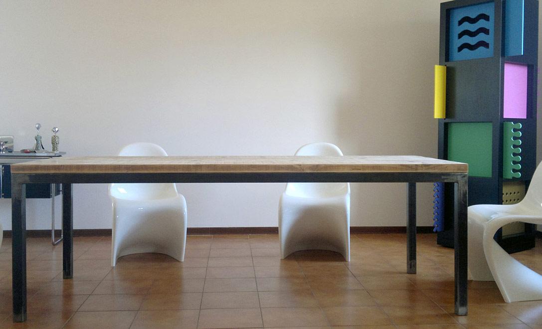Tavolo salotto con assi di legno riciclato e struttura in ferro