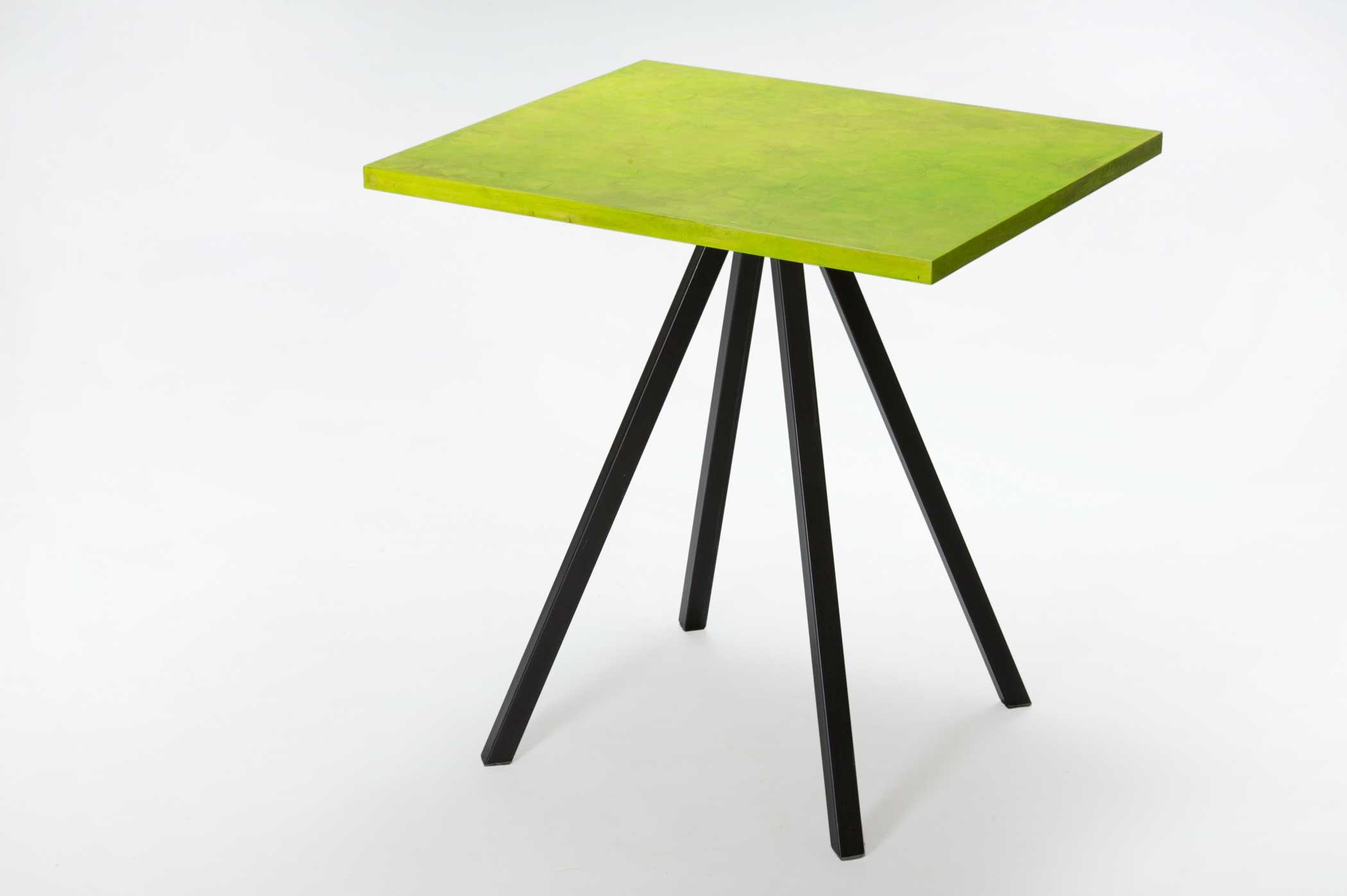 Tavolo per bar con piano in legno e resina e gambe in ferro