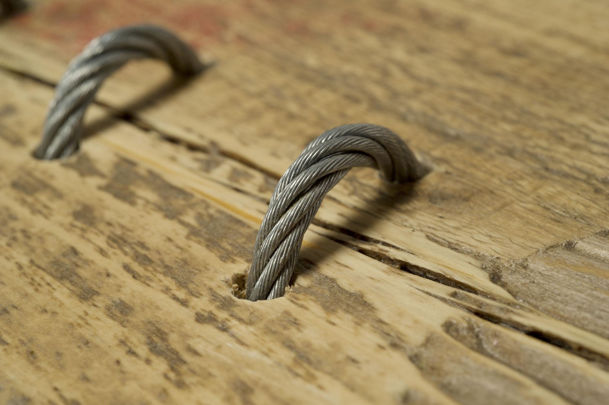 Tavolo con assi di legno vintage e inserti di corda metallica