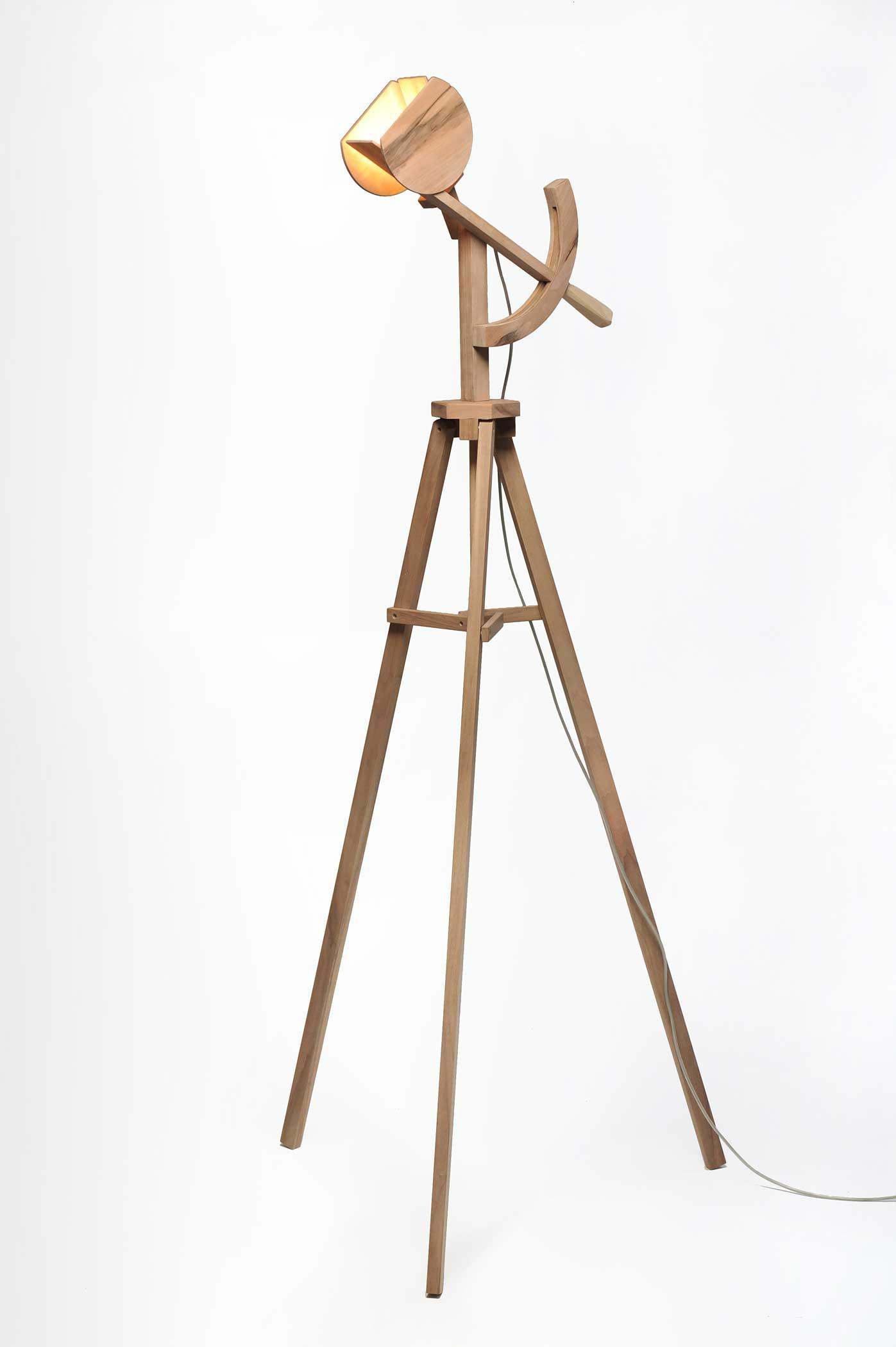 Lampada da terra di design Tycho in legno
