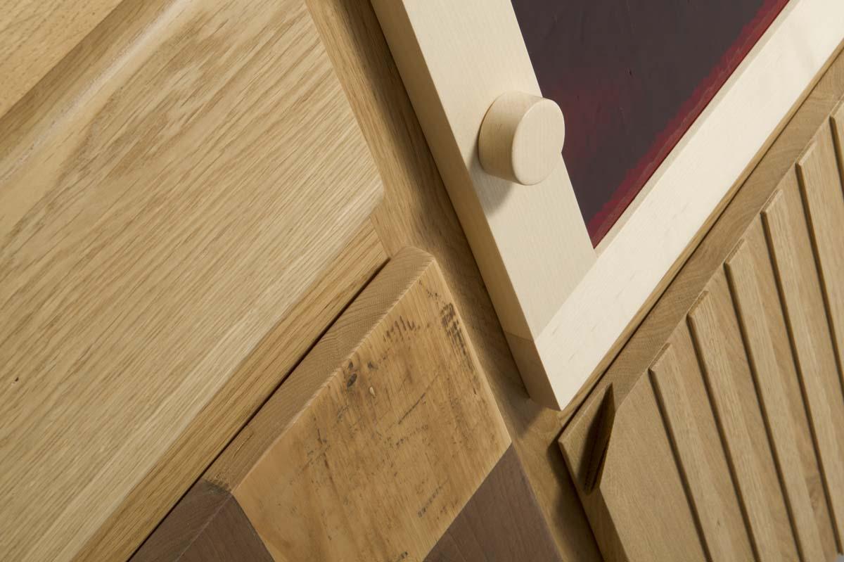dettaglio buffet contemporaneo legno massello e telaio con vetro rosso
