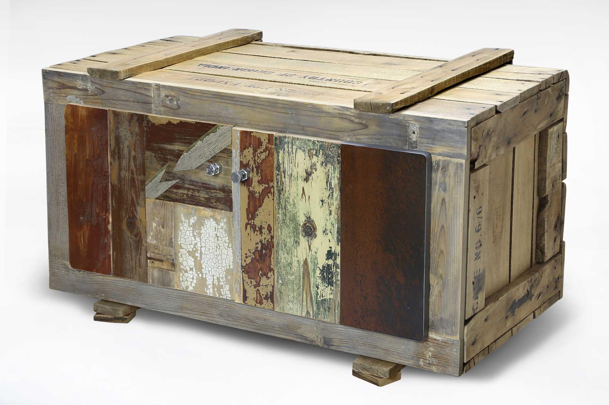 Cassapanca rettangolare con apertura superiore totalmente fatta con pezzi di legno riciclato. Il mobile ricorda una cassa per l'imballaggio.