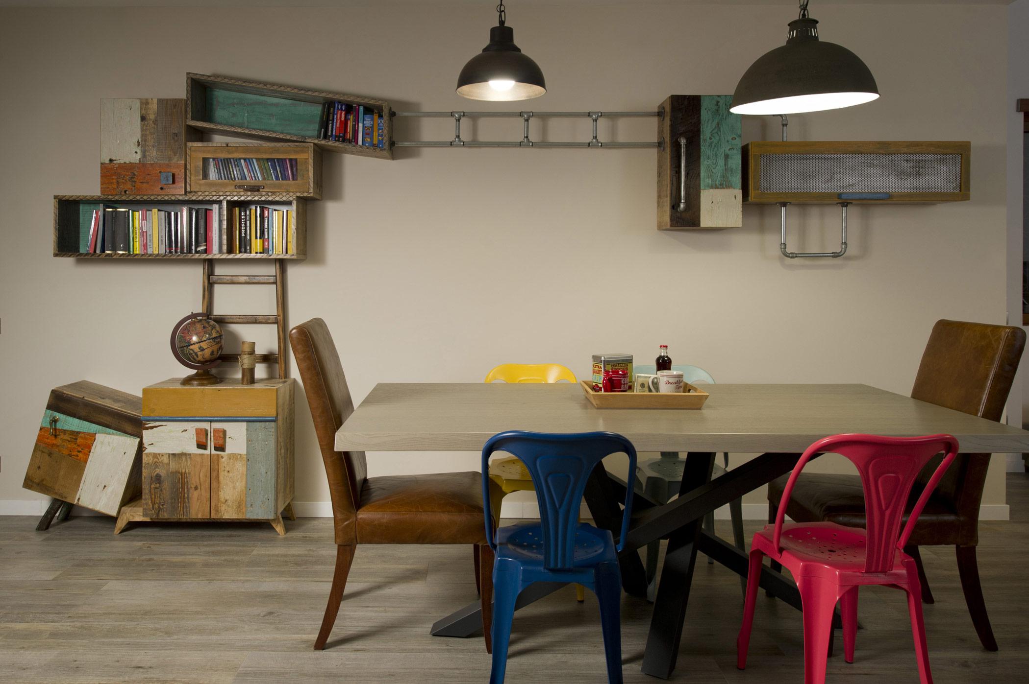 Arredamento per soggiorno con legno vintage e di recuperoçVintage and reclaimed