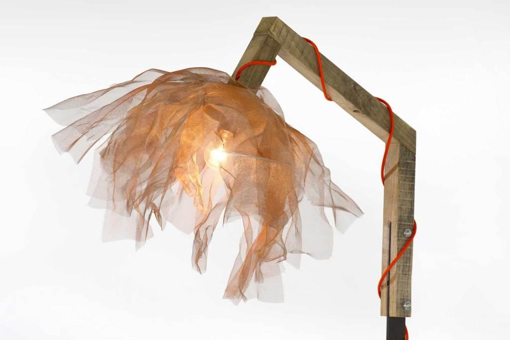 Lampada artigianale Tulle in legno di recupero e lamiera di ferro