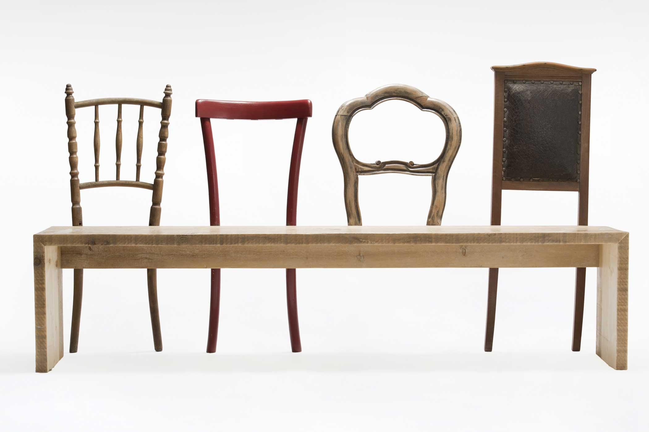 Panca in legno di recupero con vecchie sedie vintage. design de Laquercia21