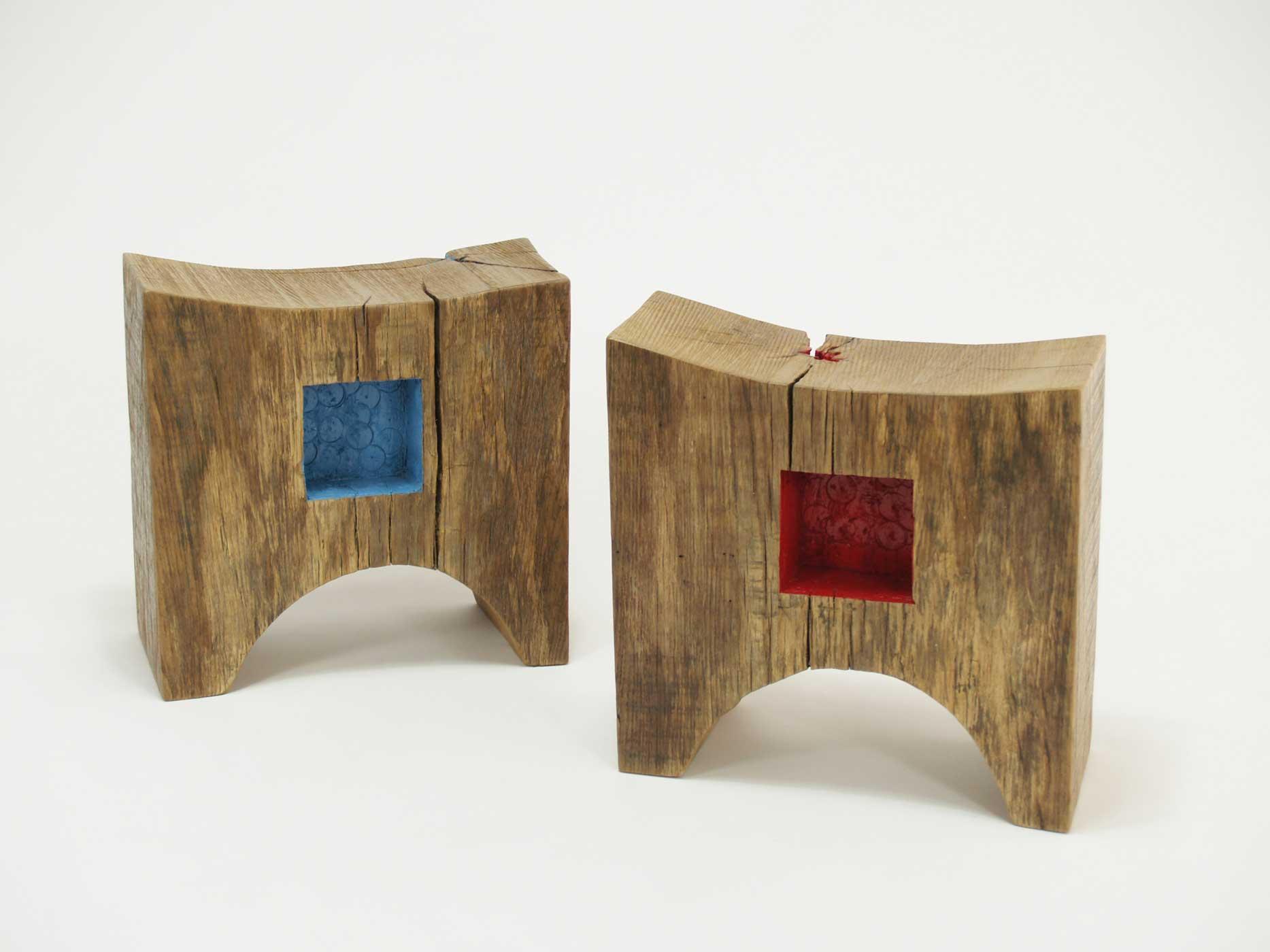 Sgabello in legno antico con vernice e colore