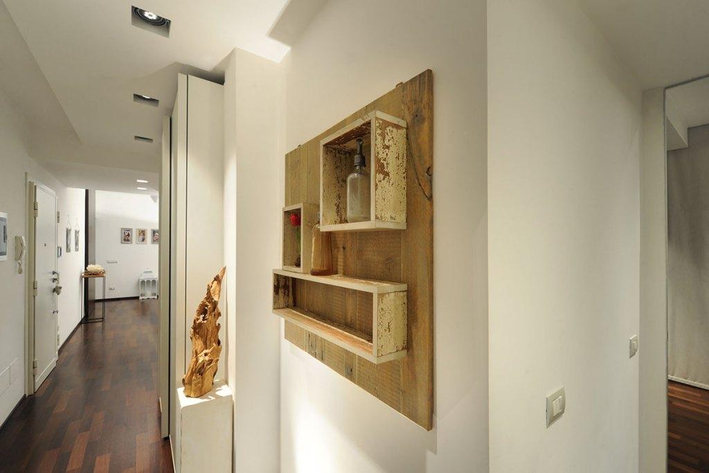 Boiserie in legno di recupero per coprire fili e quadro elettrico