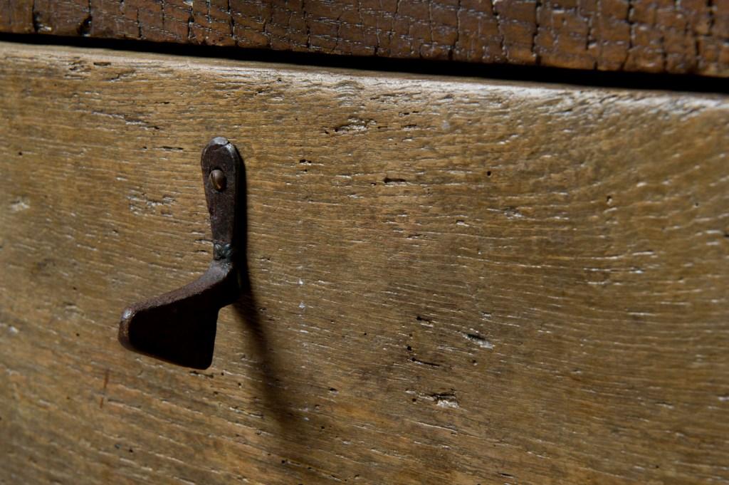 Il legno di castagno di recupero materiale che vince sul tempo per mobili su misura