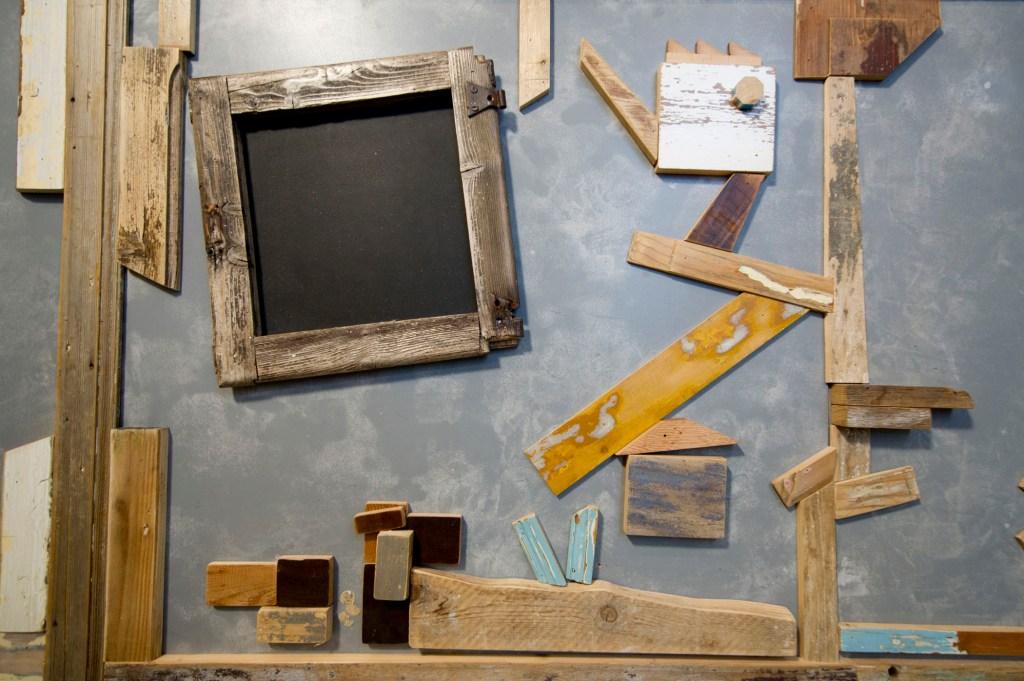 Banco per bar o ristorante con inserti di legno vintage riciclato e vecchi oggetti in legno. Arredo artigianali su misura.