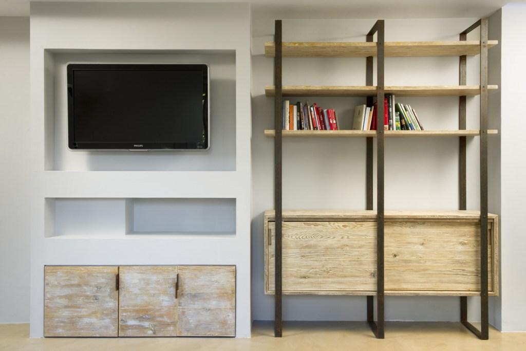 parete attrezzatata moderna legno da costruzione chiaro e ferro ossidato