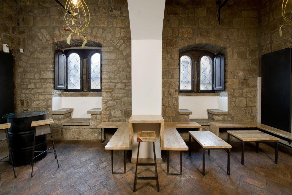 Arredo per locale su misura artigianale in legno riciclato. Tavoli, sedie e sgabelli per ristorante