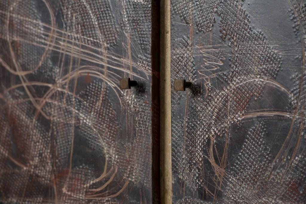 Uso della resina per mobili per creare superfici materiche, irregolari, stile industriale