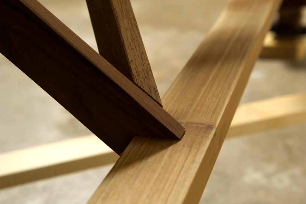 Gambe del tavolo artigianale in legno massello con incroci ed incastri a coda di rondine