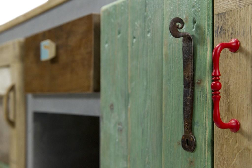 Madia buffet su misura forma classica design contemporaneo. Legno riciclato verde e maniglie vintage in ferro
