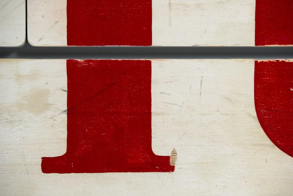 cassetti in legno riciclato con scritte vintage rossa
