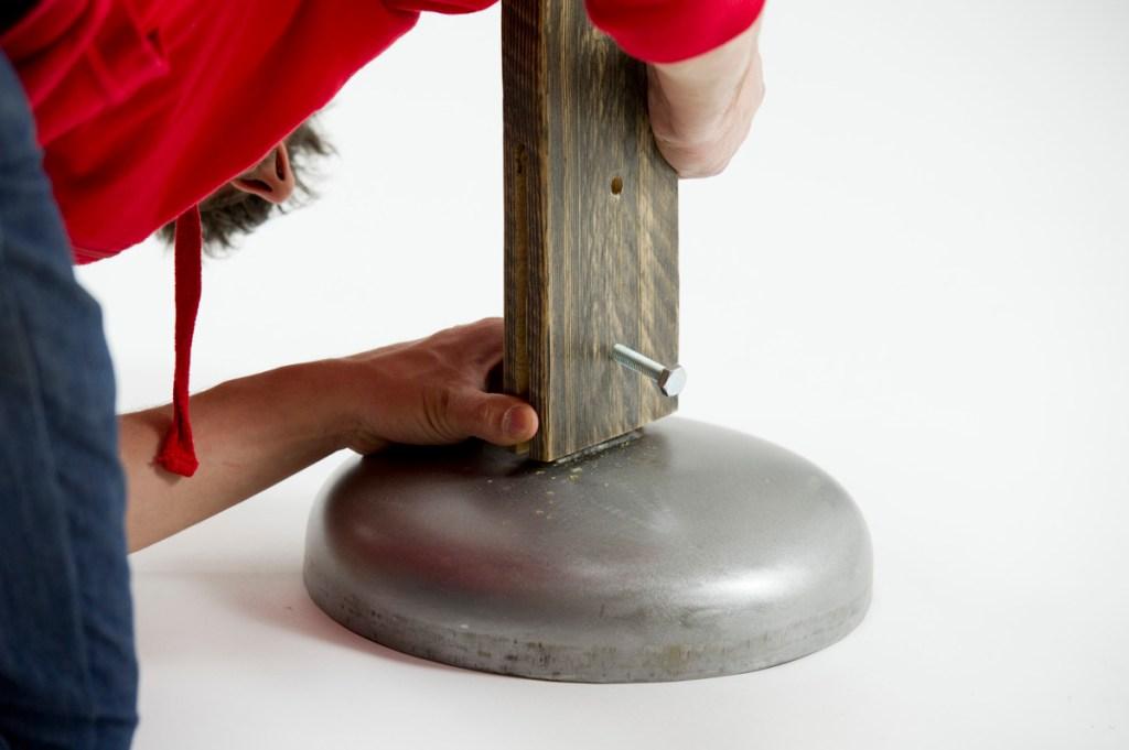 cOSTRUIRE UNA LAMPADA IN LEGNO RICICLATO E VELETTA IN METALLO. RIUSO CREATIVO