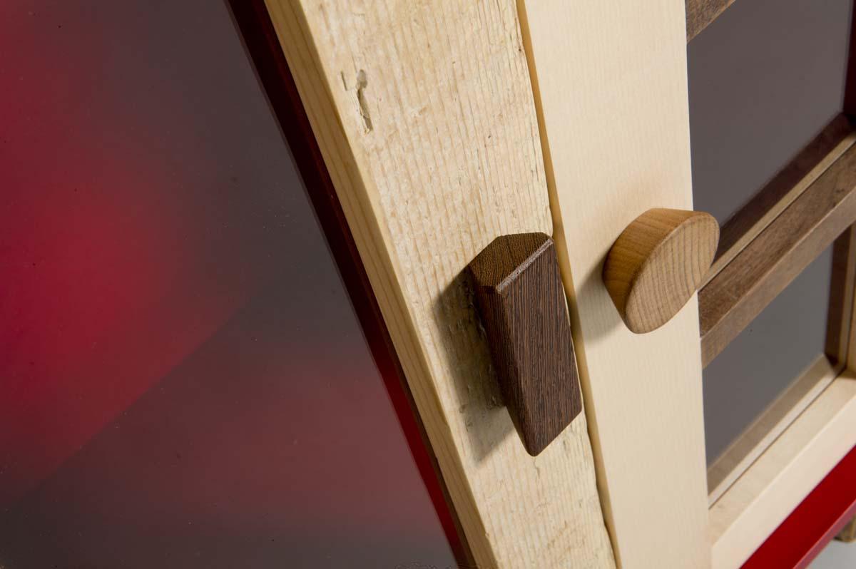 vetrina con vetri rossi e sportelli legno massello