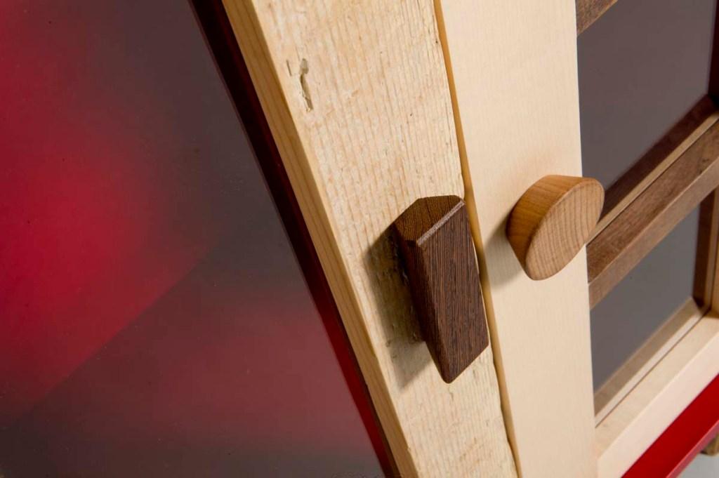 Sportelli in legno massello chiaro e scuro e vetro rosso per dispensa
