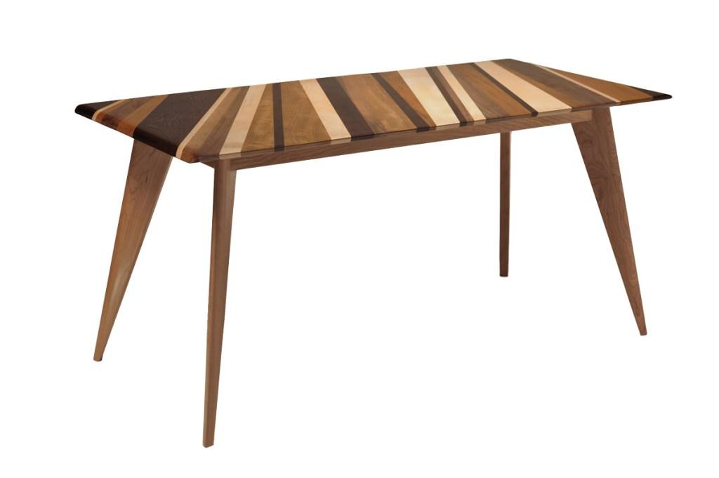 tavolo con fasce di legni al naturale chiari e scuri e gambe svasate contemporaneo