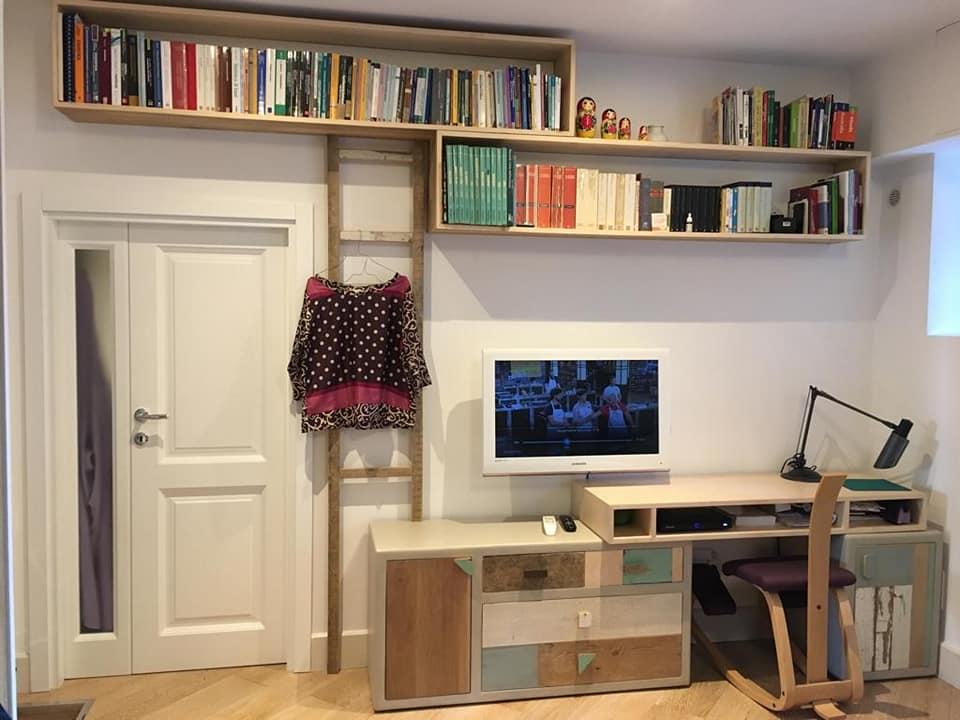 Su un'unica parete di 4,50 m una composizione con cucina con anta attrezzata a dispensa, libreria a giorno, letto matrimoniale a scomparsa e tavolo richiudibile. Arredare La Camera Da Letto Pareti Attrezzate