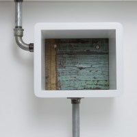 La parete attrezzata con tubi idraulici, ferro e legno