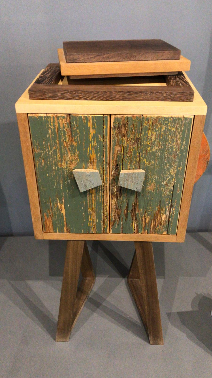 mobiletto comodino con portagioielli in legno
