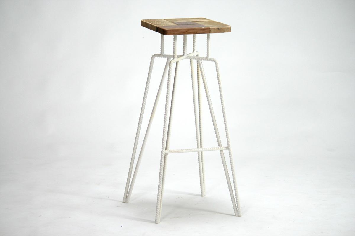 sgabello quadrato alto in ferro bianco e legno vintage