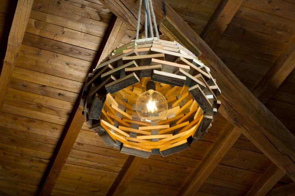 lampadario in legno di recupero rotondo su misura con corde