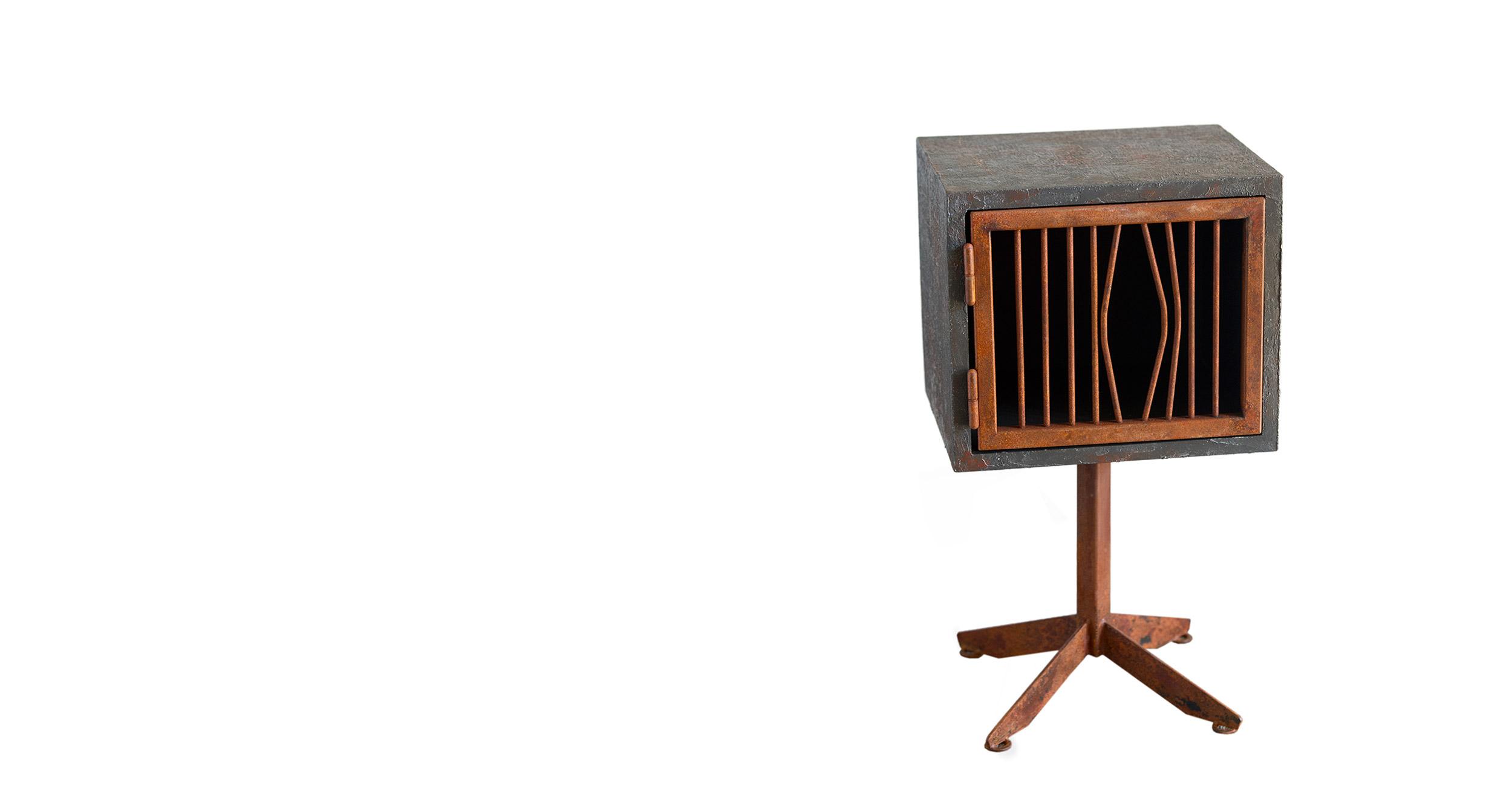piccolo mobile di art design in legno di recupero comodino resina e ferro