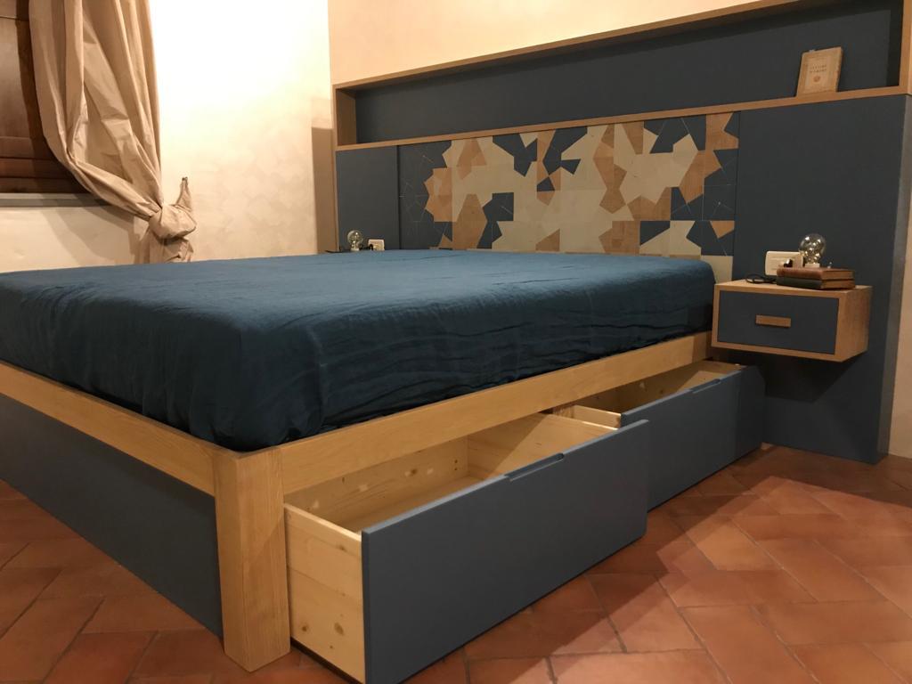 letto intaglio contemporaneo legno blu con cassettoni