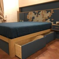 Un letto intagliato contemporaneo in rovere, legno vintage e finitura blu