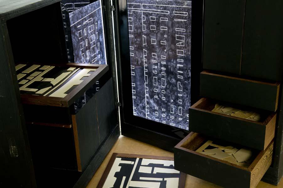cubo nero in legno con plexiglas e cogici alieni LAquercia21 Meri Tancredi