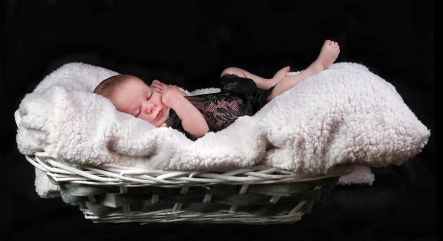 sesión de fotos bebé sobre cesto y manta