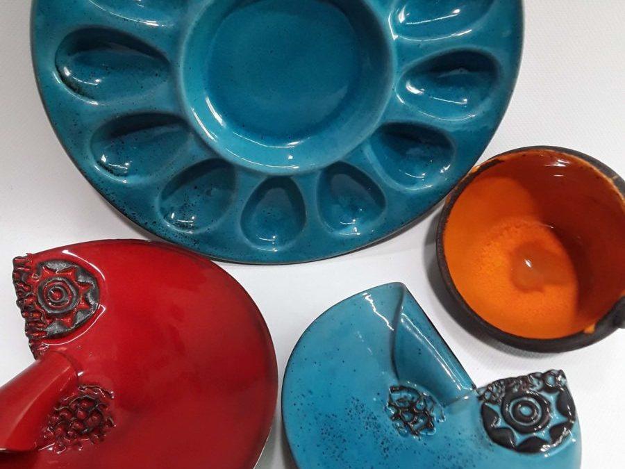 Variedad de piezas de cerámica en La Ranilla Espacio Artesano