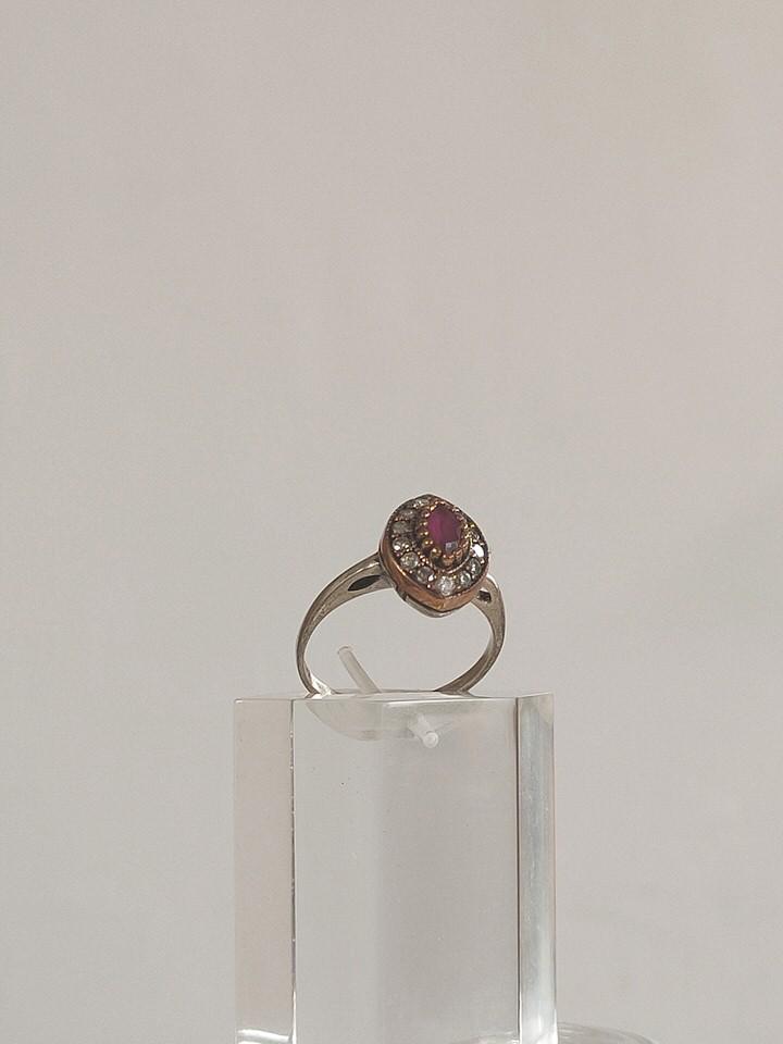 anillo-isabelino-rojo-rombo-pequeño-1-HEMETRIA