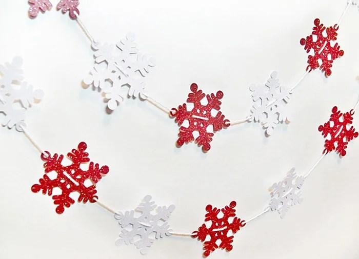 Papiergirlandenschneeflocken: Dekoration einer Wohnung für das neue Jahr girlyanda iz snezhinok 6 1